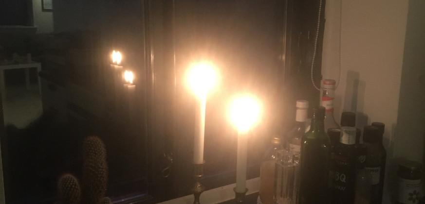 Mørk efterårsmorgen med stearinlys og stille musik