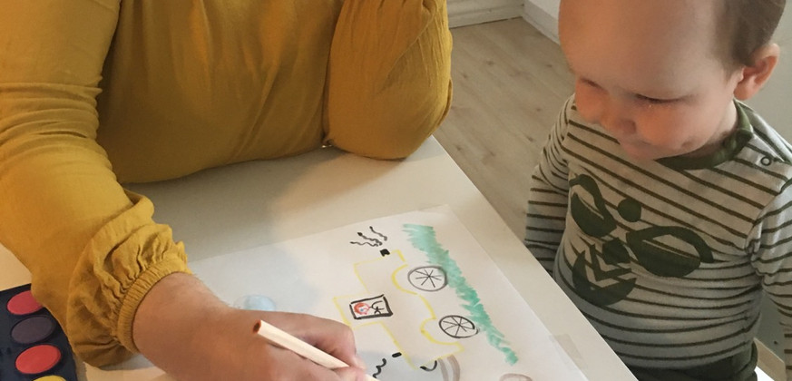 Kristine og Lukas tegner og fortæller om en gul gravko