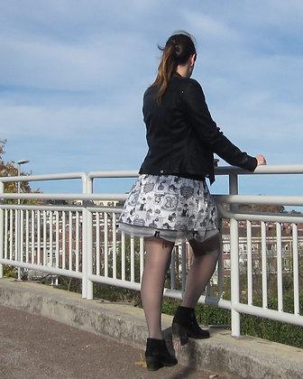 Falda corta gris con tul y detalles París. Diseñada y hecha a mano en Bilbao by Mariposas en invierno.