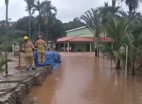 No Varjão, bombeiros precisaram resgatar família com casa alagada