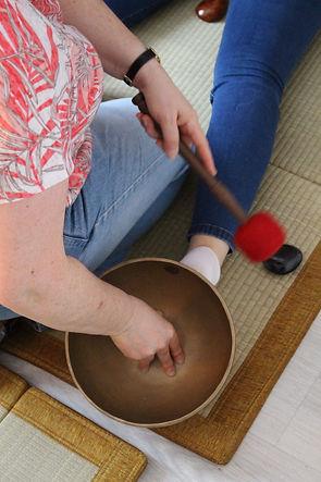 C'est un exemple de massage des pieds avec un bol tibétain