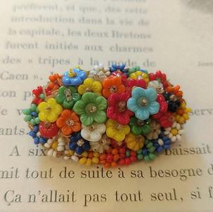 オールドビーズのお花のブローチ