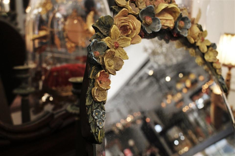フランス 黄色い薔薇と青や赤い花がついたシックなバーボラミラー