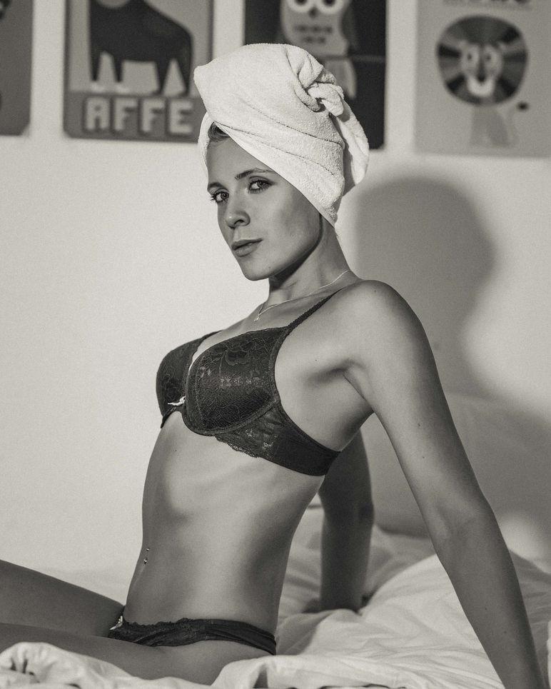 Seyme Boudoir portrait homeshooting sensual 34 Towel