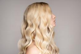 Blond Vågigt hår