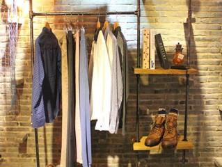 Estantería para ropa con herrería y madera.
