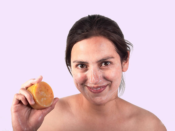 Mujer y jabón artesanal.jpg