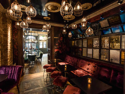 Cask_Bar_at_Hotel_Isaacs_Cork_snug_with_stained_glass