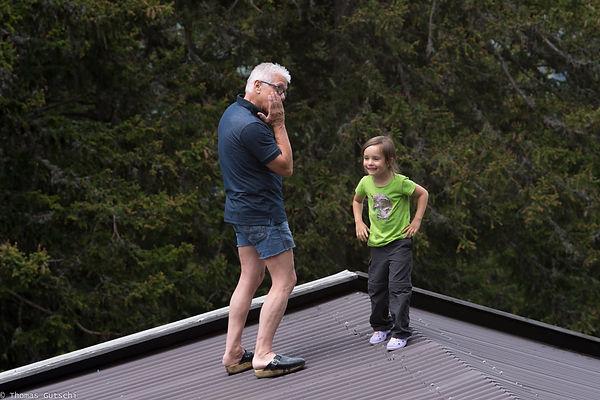 Sarah und Opa auf dem DAch der Hütte in Nauders