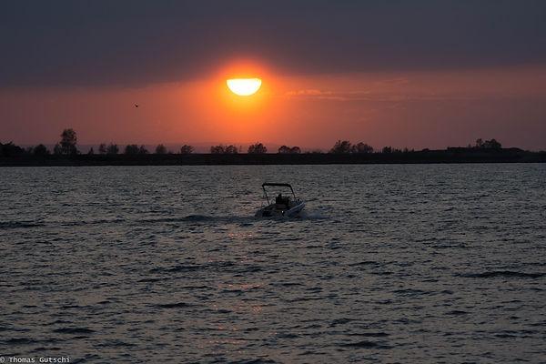 Sonnenuntergang am Bodensee mit Motorboot