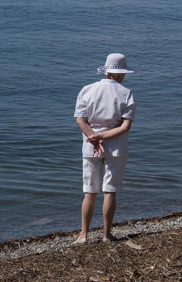 ältere Dame am Seeufer