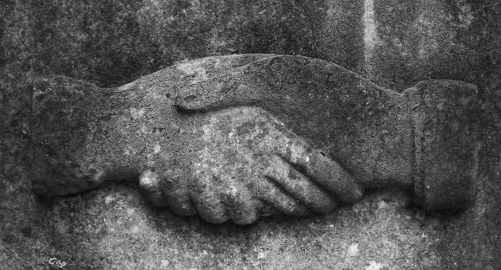 Der Handschlag - Ein Verbindungsritual
