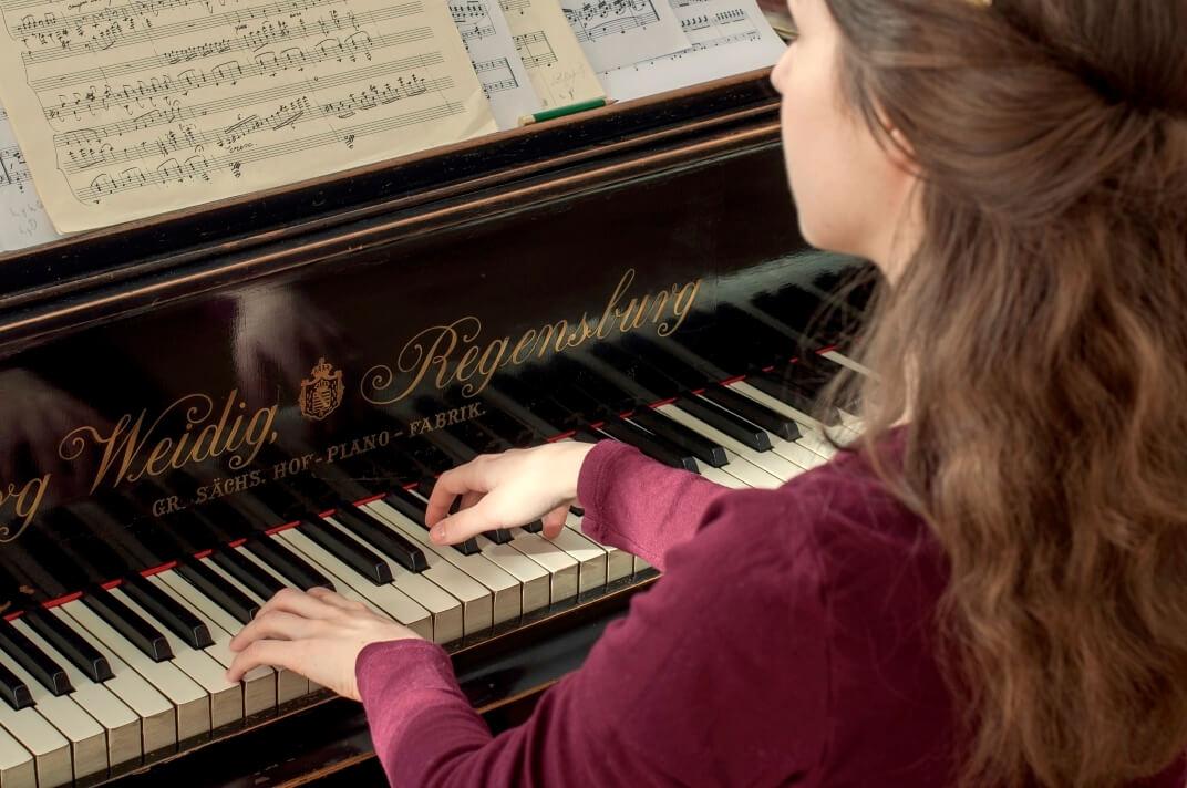 Furano_playing_piano