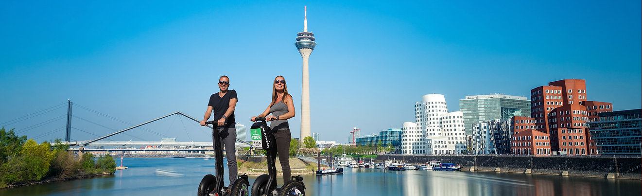 Düsseldorf Skyline mit Segwayfahrern