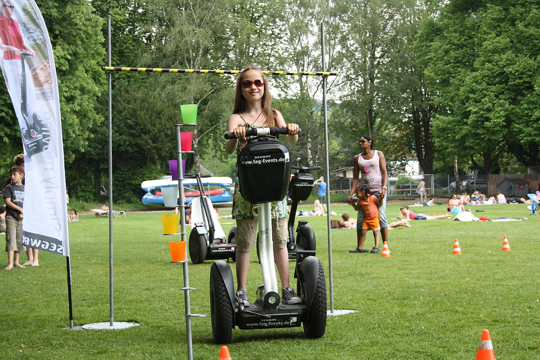 Geschicklichkeits Parcours- Aufbau mit Kind auf Segway