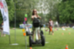 Kind durchfährt Segway-Parcours
