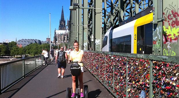 Segway Gruppe auf der Hohenzollern Brücke in Köln