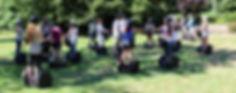 Segwaygruppe auf einer Wiese