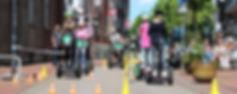 Segway Parcours mit Kindern auf einer Straße