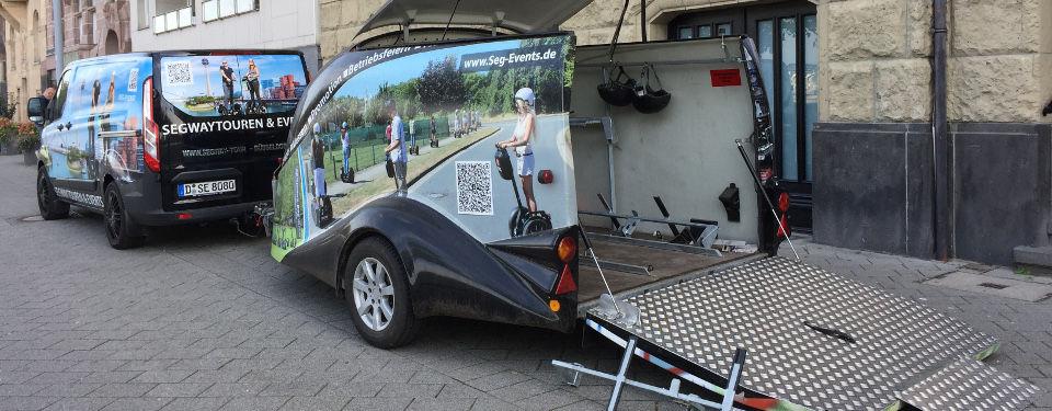 Transporter mit Segway-Anhänger