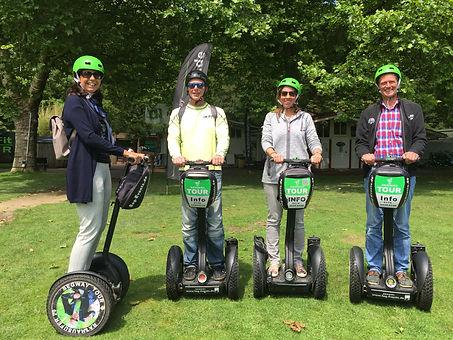 Segway Gruppe im Grünen