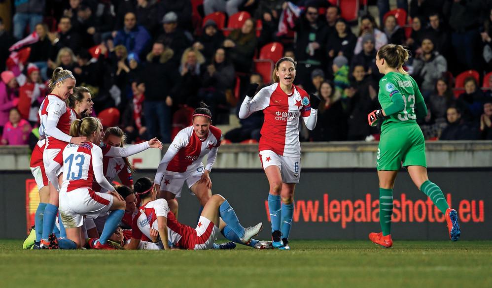 Slavia celebrate Kateřina Svitková's goal against Bayern