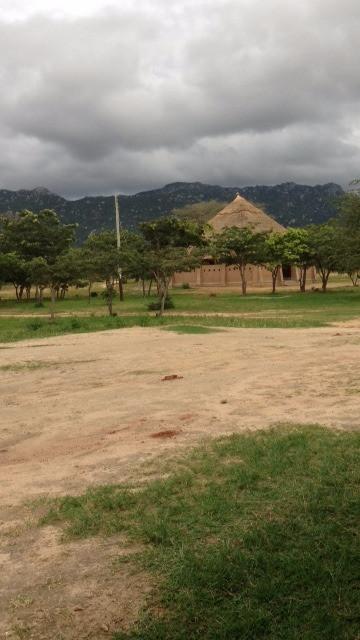 Regenwolken über der Versammlungshalle
