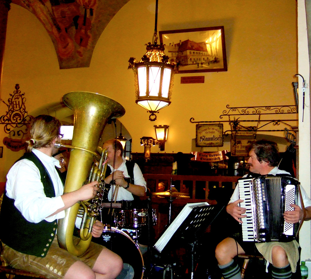 band playing at hofbrauhaus