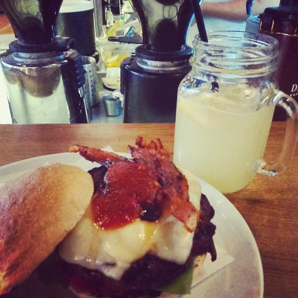burger and lemonade at ludwig in innsbruck