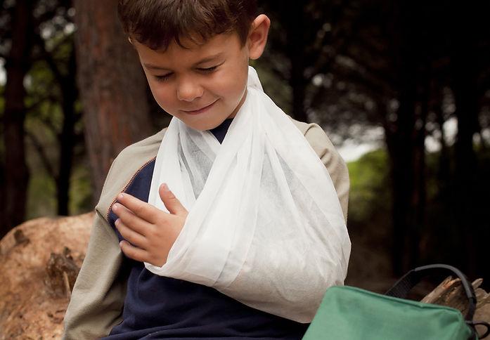 Primeros auxilios para un brazo roto