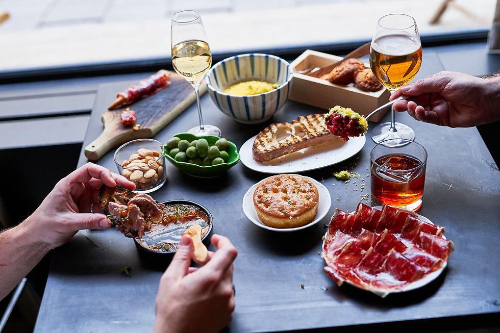 Våra tapas tar inspiration från sydeuropa. Kom i sällskap eller själv, dela maten med varandra eller inte. Kom som du är.