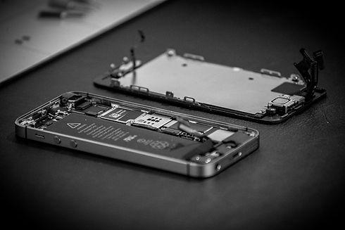 Iphone mobiltelefon under reparation på Fixit i Skövde.