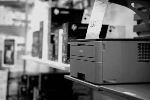 Brotherskrivare med tillbehör i form av papper och bläck på Skövde Kontorscenter