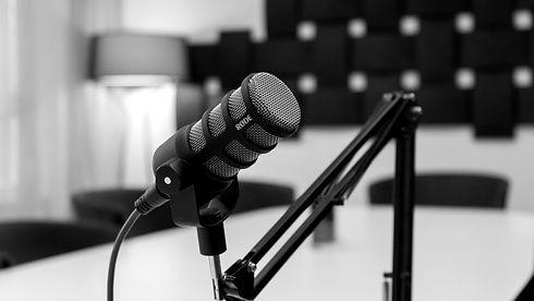 Mikrofon under inspelning av intervju till Skaraborgspodden.