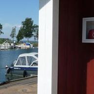 Nu finns en hjärtstartare uppsatt på kranboden i båtklubbens hamn.