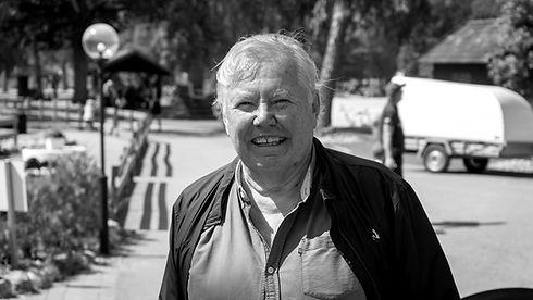 Bert Karlsson utanför restaurangen på Ursand resort & camping.