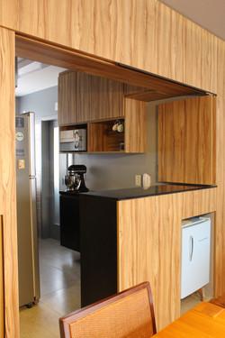 marcenaria entre salas e cozinha