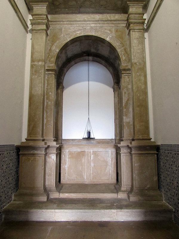 Carolina Serrano escultura na capela do Forte de Santo António da Barra