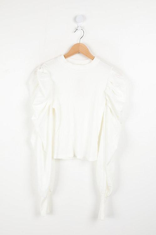 חולצה ארוכה ולבנה עם שרוולים נפוחים ומוגזמים