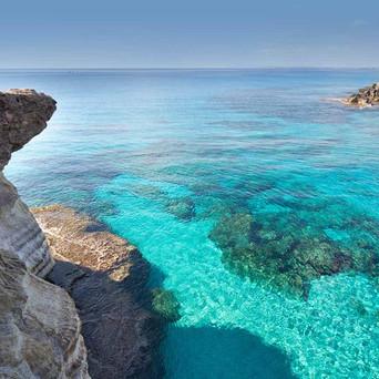 • Upptäck vackra Cypern med dess långa stränder och kristallklara vatten.