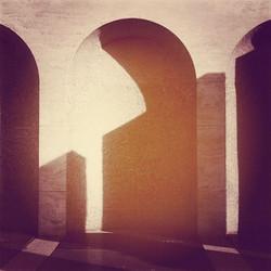 Ombres i geometries estranyes versió sol de tarda #shadows #sombras #ombres #portic #classic #arquit