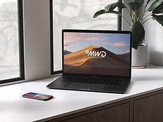 Laptop junto a ventana