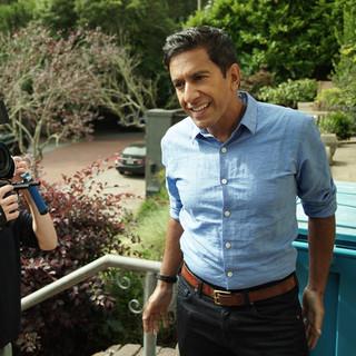 Dan Levin filming Sanjay Gupta