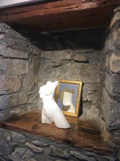 Sculpture personnelle en marbre de Carrare, mise en valeur dans une niche de paroi