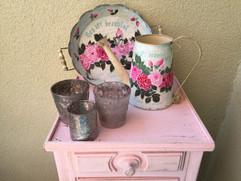 Arrosoir et plateau peints à la main sur un petit meuble de jardin patiné, ambiance 'girlie' assurée...