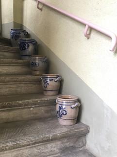 Pots à limonade anciens en guise d'accueil 'comme chez grand-mère'
