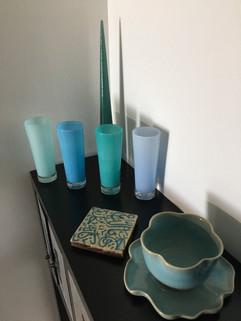 verres soufflés (Gilleleje, DK), bougie cône (Suède), carré de terre cuite (Marrakech), plat en forme de lotus 'céladon' (Chiang Mai)