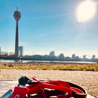 Christine Ronge - Fitness Training im Freien mit dem Fernsehturm im Hintergrund