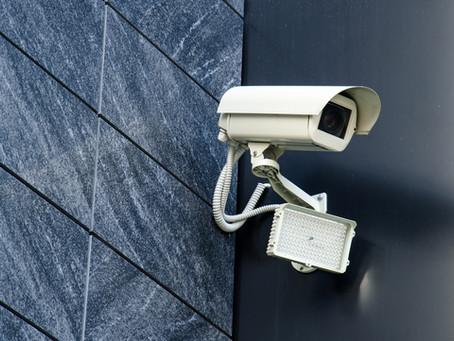 Enfocar cámaras de videovigilancia hacia una propiedad ajena es delito aunque no graben