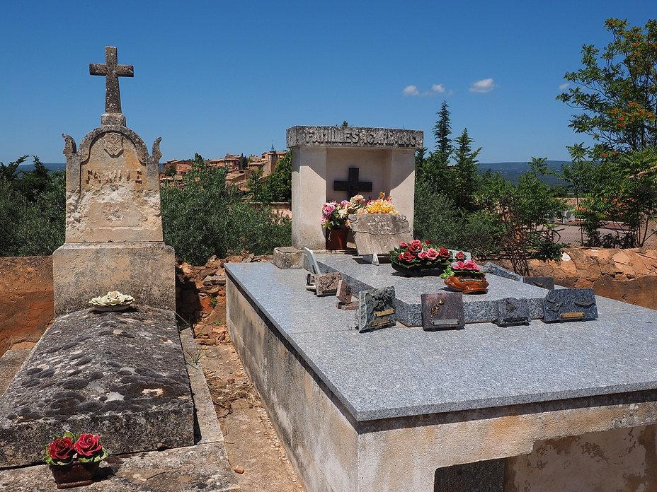 une tombe entretenue à côté d'une tombe non entretenue